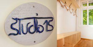 Yogastudio 15, Eingangsschild und Garderobe